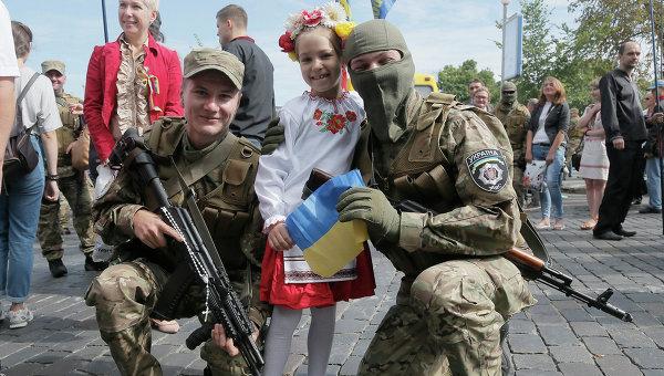 Украинские добровольцы перед отправкой в зону боевых действий на Восточной Украине. Архивное фото