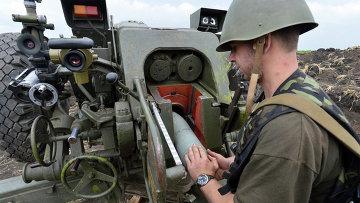 Артиллерист Украинской армии заряжает пушку, архивное фото