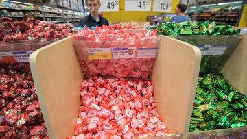 Кондитерская продукция украинских производителей на прилавке магазина. Архивное фото