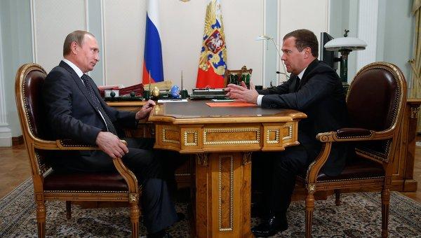 Президент России Владимир Путин и председатель правительства России Дмитрий Медведев во время встречи в резеденции Ново-Огарево