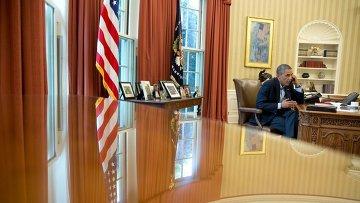 Президент США Барак Обама во время телефонного разговора в Овальном кабинете Белого дома. Архивное фото