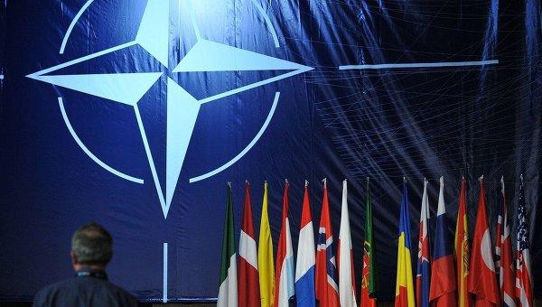 Логотип и флаги стран-участниц НАТО
