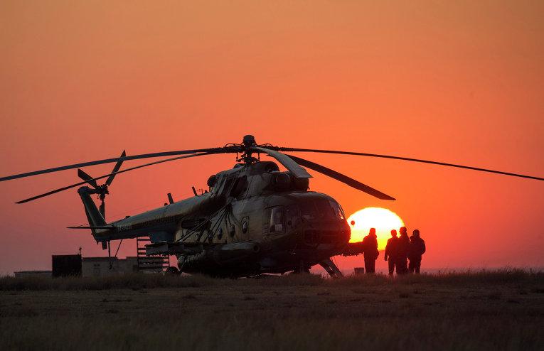 Спасательный отряд в ожидании приземления спускаемого аппарата корабля Союз ТМА-12М