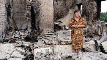 Жительница города Ясиноватая на руинах своей квартиры. Архивное фото