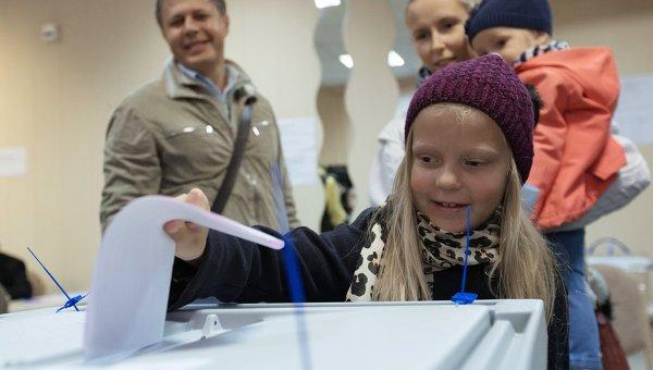 Жители участвуют в выборах губернатора Санкт-Петербурга. Архивное фото