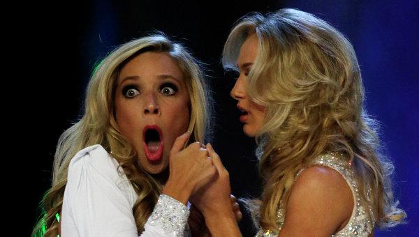 Мисс Нью-Йорк Кира Казанцев (слева) узнает о своей победе в конкурсе красоты Мисс Америка 2015