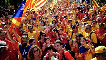 Люди во время демонстрации, призывающей к независимости Каталонии. Барселона, Испания, 2014. Архивное фото.