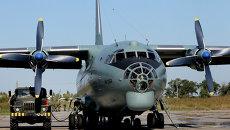 Транспортный самолет АН-12БК заправляется перед вылетом