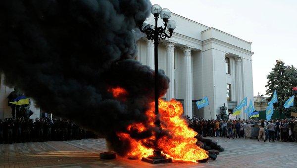 Пикет в поддержку закона о люстрации власти у здания Верховной Рады Украины в Киеве