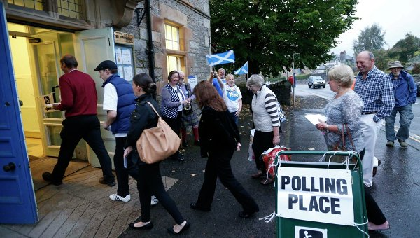 Избиратели идут голосовать в день проведения референдума о независимости Шотландии