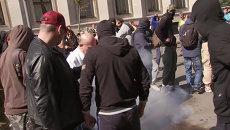 Радикалы в Киеве бросали петарды на акции против закона о статусе Донбасса