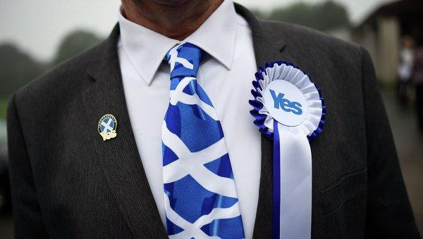 Сторонник независимости Шотландии рядом с участком для голосования