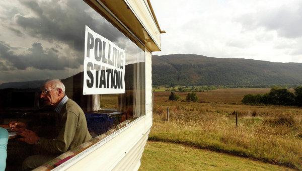 Клерк в избирательном участке. Шотландское высокогорье