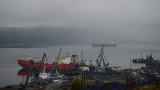 Вид на порт в Мурманске