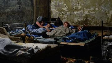 Жители юго-востока Украины прячутся от артиллерийских обстрелов. Архивное фото