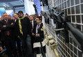 """Дмитрий Рогозин и Стивен Сигал во время осмотра стенда оружейного концерна """"Калашников"""""""