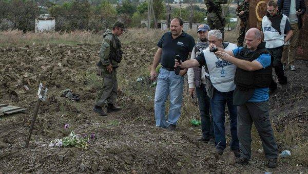 Наблюдатели ОБСЕ на месте захоронения мирных жителей в поселке Нижняя Крынка под Донецком