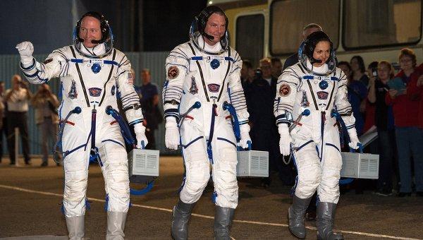 Члены экипажа Союза ТМА-14М Барри Уилмор,  Александр Самокутяев и Елена Серова