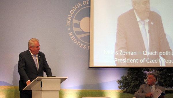 Президент Чехии Милош Земан выступает на 12-м Родосском форуме. Справа - президент-основатель форума Владимир Якунин