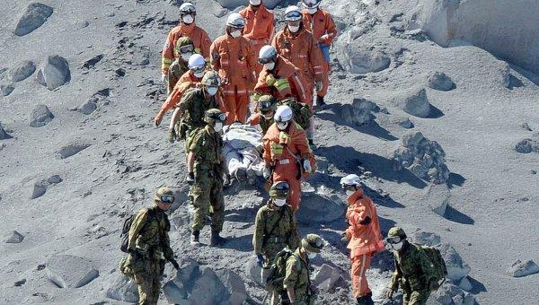 Эвакуация пострадавших со склонов вулкана Онтакэ в Японии