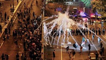 Полиция применяет слезоточивый газ для разгона демонстрации в Гонконге