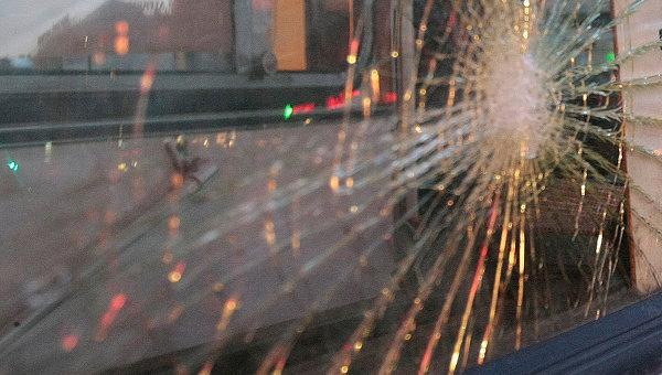 Разбитое стекло в автобусе. Архивное фото