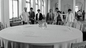 Посетители осматривают комнату в Ливадийском дворце-музее, в которой проходила Ялтинская конференция