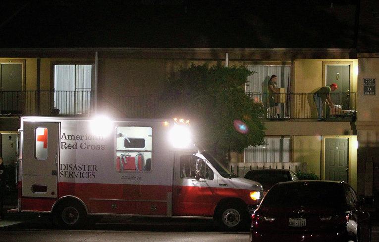 Работники из организации Красный крест доставляют вещи в аппартаменты заболевшего лихорадкой Эбола жителя в Далласе, Техас. 3 октября 2014