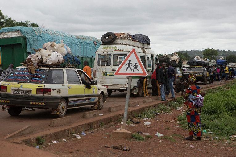 Автомобили на дороге из Мали в Гвинею. 2 октября 2014 год