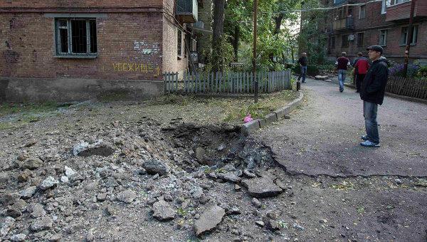 Воронка на одной из улиц Донецка после артобстрела