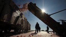 Поезд загружается с морской солью на озере Сасык-Сиваш