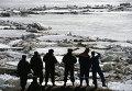 Сотрудники МЧС России наблюдают за ледоходом на реке Шелонь вблизи деревни Егольник Солецкого района Новгородской области