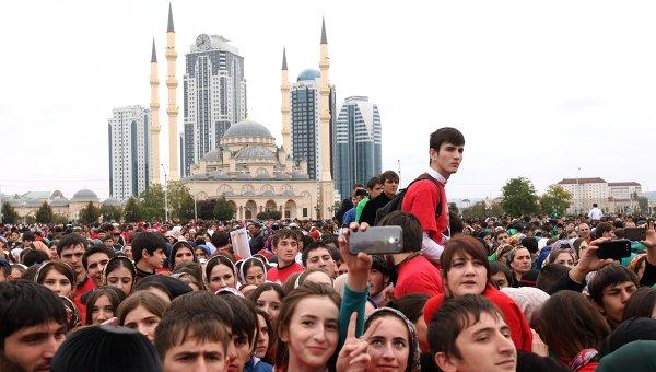 Участники митинга-концерта в честь дня рождения президента РФ Владимира Путина