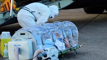 Медицинский работник и инфицированный лихорадкой Эбола католический священник Мануэль Гарсия-Вьехо. Фритаун, Сьерра-Леоне. 21 сентября 2014