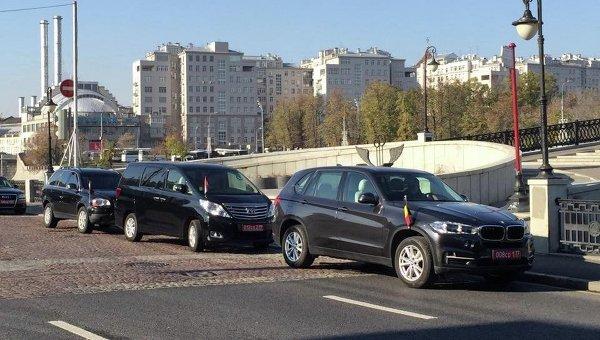 Автомобили глав дипломатических миссий на Кадашевской набережной. Архивное фото