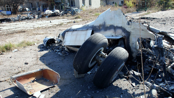 Разрушенный самолет в аэропорту города Донецка