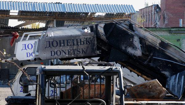 Разрушенный трап самолета в аэропорту города Донецка