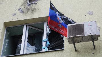 Флаг ДНР в разрушенном доме в районе аэропорта Донецка, архивное фото