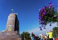Жители Харькова у разрушенного памятника Ленину