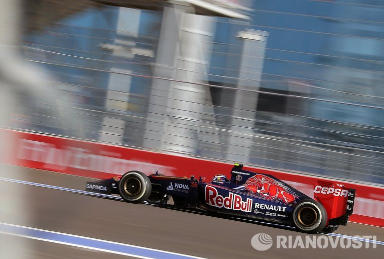 Гонщик команды Торо Россо Даниил Квят на этапе Формула-1 в Сочи