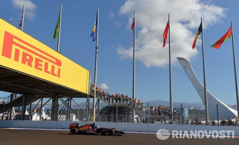 Болид во время свободных заездов на российском этапе Формулы-1