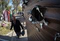 Поврежденный осколками киоск на улице Донецка