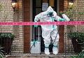 Медицинский работник дезинфицирует вход в жилище медсестры, заразившейся лихорадкой Эбола в Далласе. 13 октября 2014