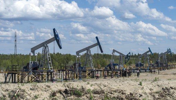 Нефтяные станки-качалки вблизи города Сургут. Архивное фото