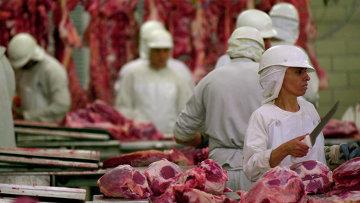Рабочие на мясокомбинате, архивное фото