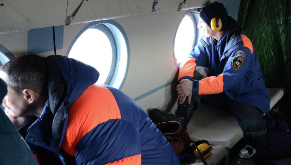 Сотрудники МЧС РФ в салоне вертолета. Архивное фото