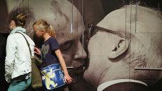 Посетители выставки посвященной 25-летию мирной революции в Германии