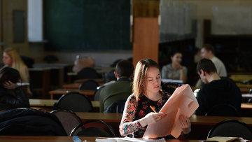 Обучение студентов в университете. Архивное фото