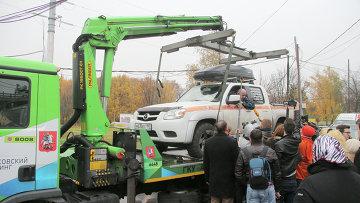 Водитель почти сутки сидит в машине, блокируя работу эвакуатора
