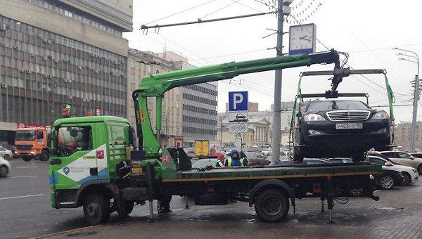 Работа эвакуатора на Зубовском бульваре в Москве